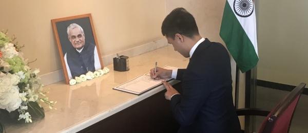 El Cónsul General firmó libro de condolencias en Guangzhou en honor a Atal Bihari Vajpayee