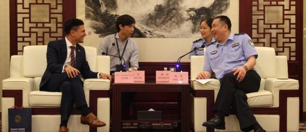Reunión con el Director de la División de Entradas y Salidas del Buró de Seguridad Pública de Guangzhou